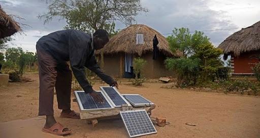 homme devant un kit solaire en Afrique