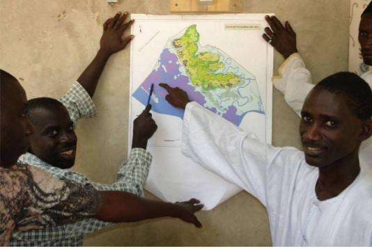 enfants présentant une aire marine protégée en Guinée Bissau