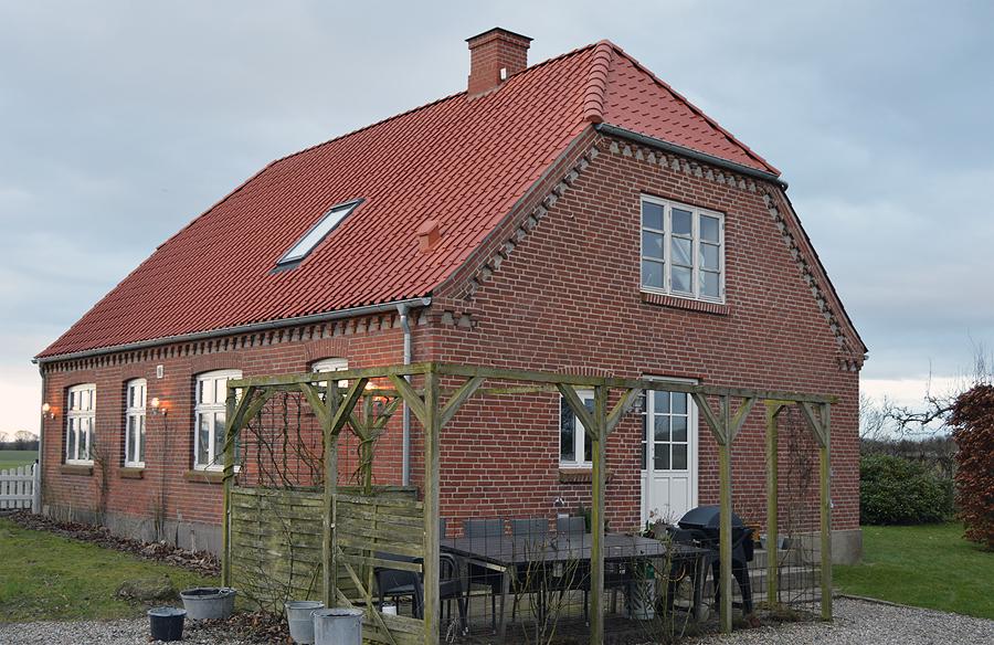 Nyt tag på et gammelt hus. Det grønne træværk tid er også ved at være forbi.