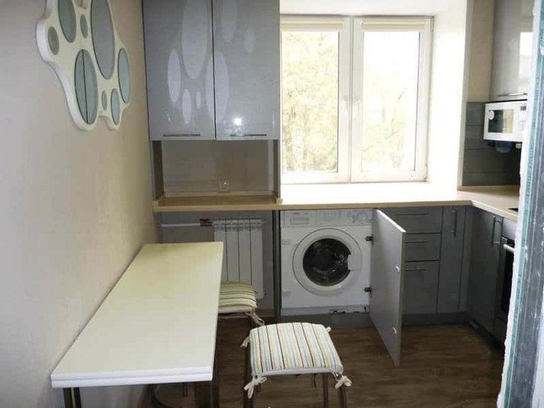 Дизайн кухни с окном: 50 (классных) фото интерьеров на ...