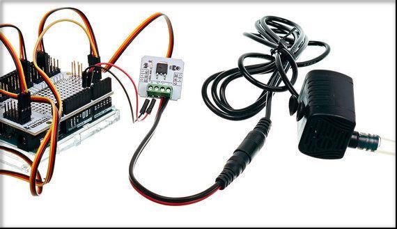 À travers une barre de terminal, connectez la pompe à la touche sur les connecteurs L + / L.