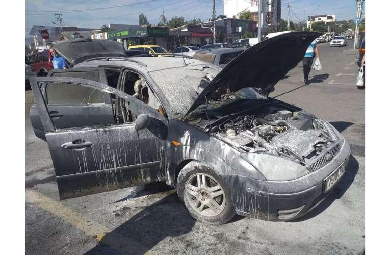 O mașină s-a aprins în mers, în zona Pieții Bârlad