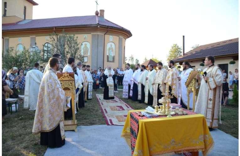 Prea-Sfințitul Ignatie, în mijlocul credincioșilor din Bârzești. A fost primit cu căldură de către localnici!