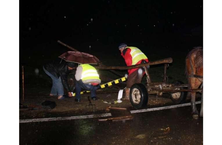 Accident în seara aceasta, la Rediu! Căruță cu romi, lovită în plin de o mașină!