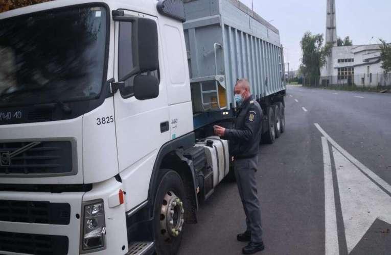Voia să scoată din UE un ditamai camionul, cu numere false de înmatriculare! I s-a înfundat la Albița!