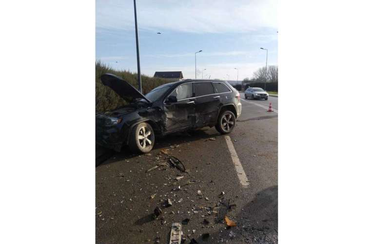 Cinci persoane au fost implicate în accidentul de la întrarea în Vaslui! Mașinile sunt distruse!