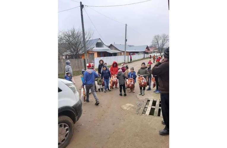 Aproape 300 de copii din Slobozia, Garceni au primit cadouri de Moș Crăciun! Deputații PSD de Vaslui, în mijlocul copiilor!