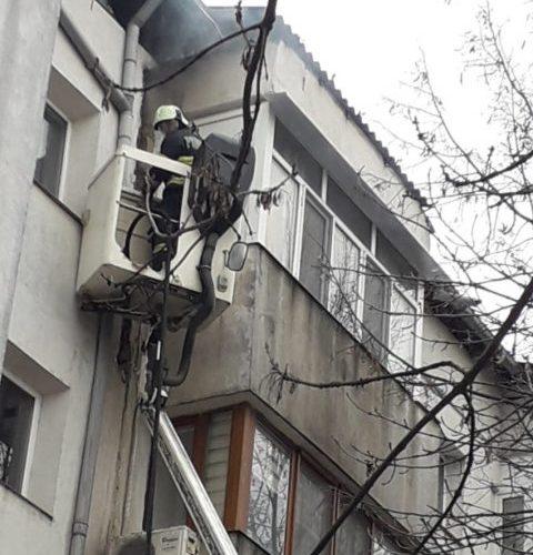 Pompierii militari au luptat ore întregi cu focul, la un bloc din Vaslui!