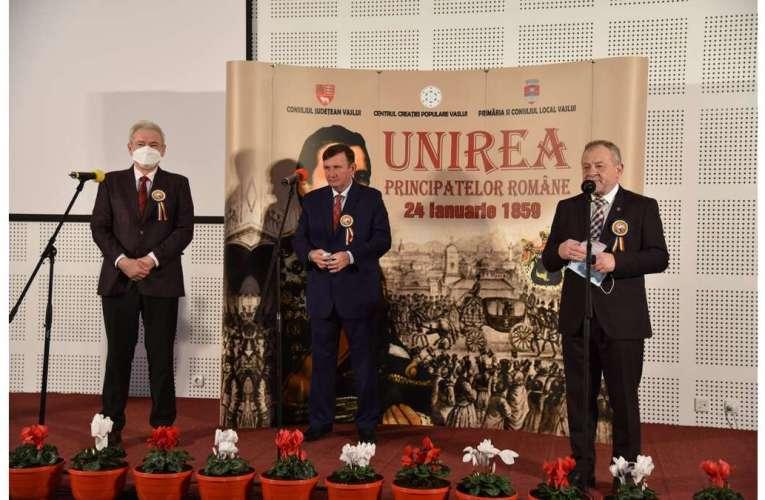 Așa ceva, mai rar! Președintele CJ Vaslui a apărut în costum și cravată, de Ziua Principatelor Române!