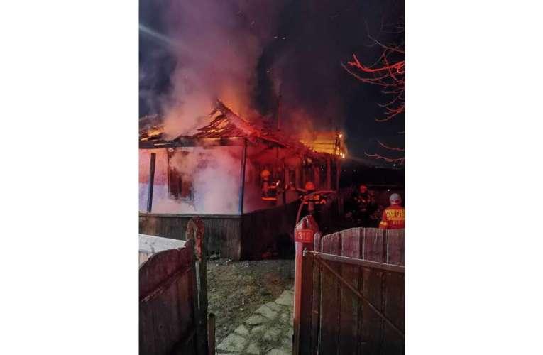 O femeie de 86 de ani a pierit în flăcări la Poienesti! Casa s-a făcut scrum!