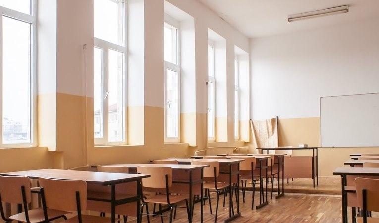 Sunt peste 70 de școli și licee care vor funcționa în scenariul roșu, începând de luni! Toate școlile și grădinițele din comuna Banca, pe roșu! (LISTĂ)
