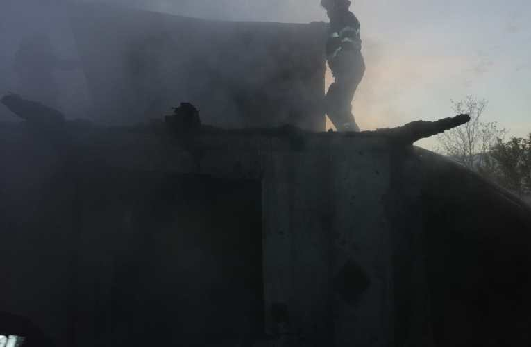 Incendiu DEVASTATOR în comuna Roșiești! O persoană prinsă în interior a fost salvată în ultima clipă!