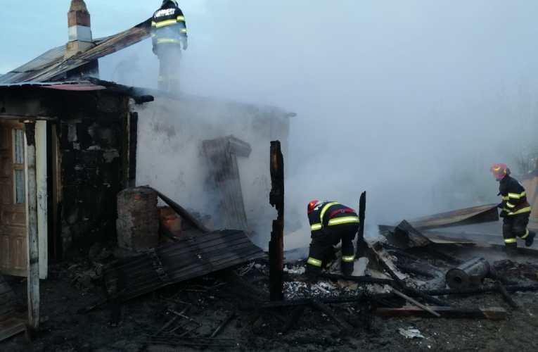 FOTO Casă făcută scrum, în comuna Oltenești! O bătrână de 75 de ani, la un pas să piară în incendiu!