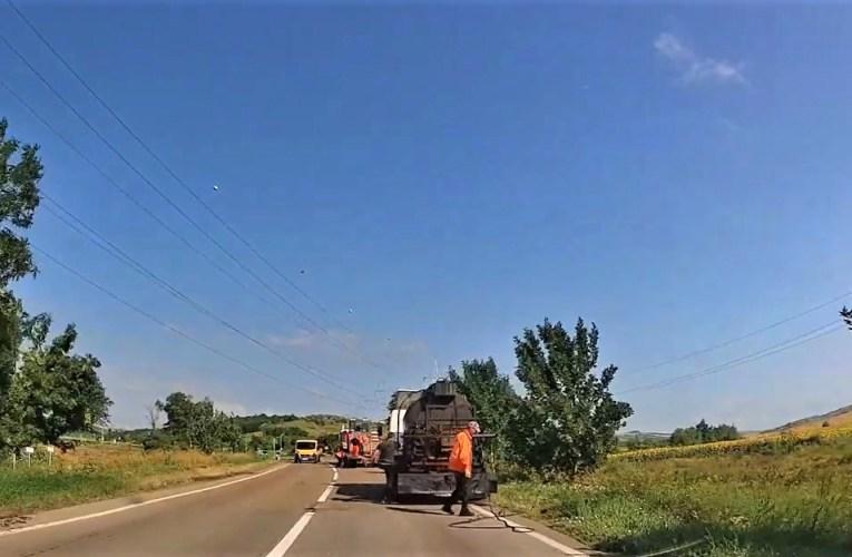 Circulați în aceste zile de la Vaslui spre Roman sau Iași, prin Rebricea? Aveți grijă! Echipele Transmir repară drumul național 15D!