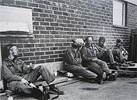 Varvsarbetare från Finnboda tar en paus