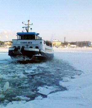M/S Kanholmen angör Saltsjöqvarns brygga på vintern