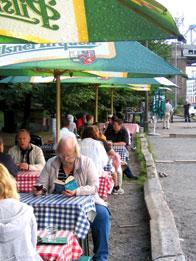 Boule & Bersås servering med parasoler och gäster