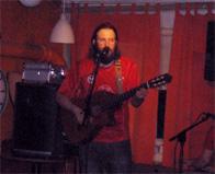 Mattias Qvarsell under en konsert med Svensk Pop på Café String, Södermalm