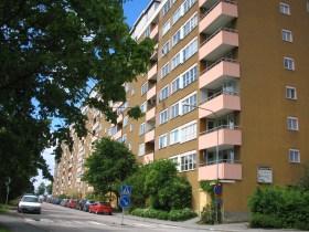 Henriksdalsbergets senapsgula fasad och rosa balkonger