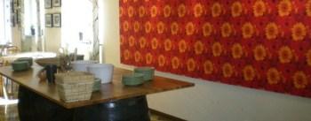 Salladsbord och röd vägg på Milou Catering i Nacka