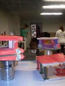 Vernissage på Hälsans förskola med barnens alster från snickeriverkstan