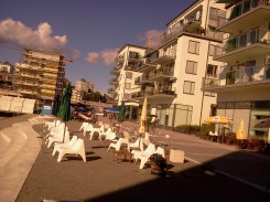 Sommarens uteserveringar på marina torget i Henriksdalshamnen