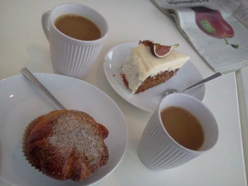 Morotskaka och bulle på Bakarna kafé i Henriksdalshamnen