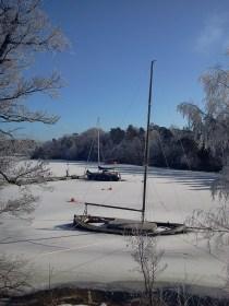 Sjunkande segelbåt i Svindersvikens is