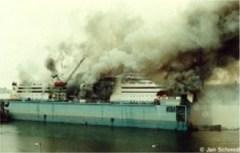 Båten Sally Albatross brinner i Finnboda