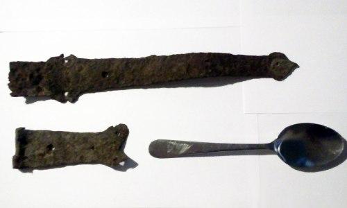 rostiga dörrdetaljer och matsked med kvarnens stämpel hittade på kvarnholmen i nacka