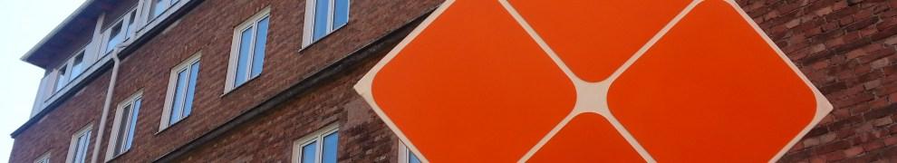 Västra Finnbodavägen, Nacka: Orange kub vid Henriksborgs kontorshus