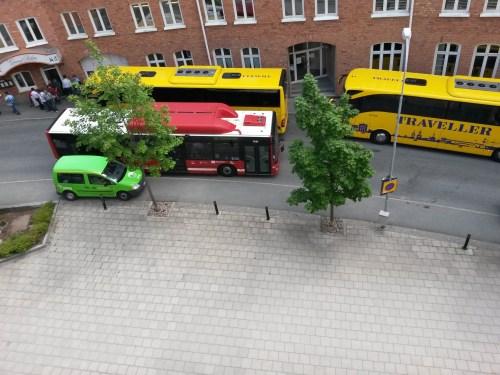 Turistbussar blockerar vägen för personbilar, SLs bussar och gående i Saltsjöqvarn och Henriksborg