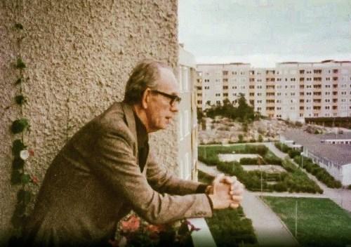 Undrar om arkitekten Tore Ahlsén räknade med yoga på innergården när Henkan byggdes?