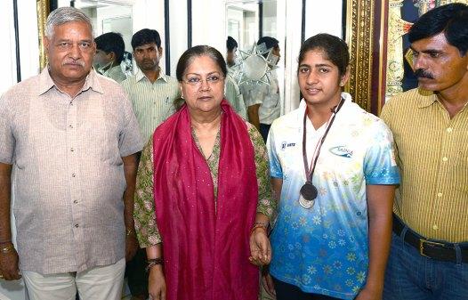 vasundhara-raje-congratulates-swimming-champion-firdaush-kayamkhani-CMA_5391