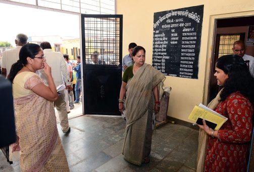गांव-ढाणियों में पहुंचीं मुख्यमंत्री सब मिलकर जनता को पहुंचाएं राहतमुख्यमंत्री श्रीमती वसुन्धरा राजे बूंदी जिले में 'आपका जिला-आपकी सरकार' कार्यक्रम के दूसरे दिन शुक्रवार को गांव-ढाणियों में घूमी। उन्होंने लोगों से सरकारी योजनाओं और कार्यक्रमों के बारे में फीडबैक लिया। जहां अव्यवस्था मिली, उन्होंने अधिकारियों को सख्त हिदायत दी ...