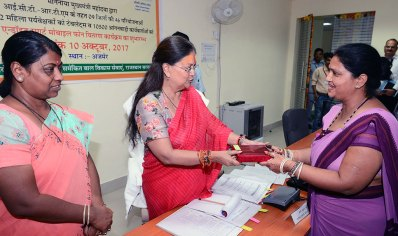 cm-gifts-Smartphone-to-Anganwadi-workers-ajmer-CMA_3551