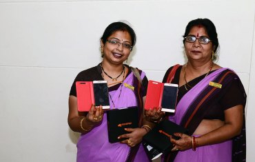 cm-gifts-Smartphone-to-Anganwadi-workers-ajmer-CMA_3562