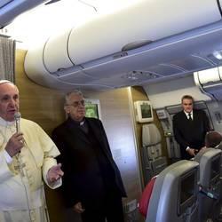 Francisco durante el vuelo de regreso a Roma