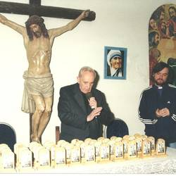 """Bergoglio with Fr. Pepe as he blessed some icons during a mission to slum 21-24 (Photo taken from the book """"Pepe. El cura de la villa"""" [Editorial Sudamericana])"""