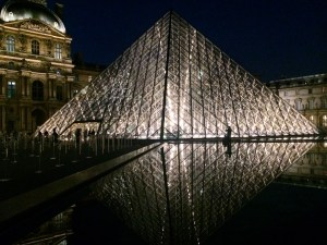 Lourve at night vaycarious.com/2017/01/28/scams