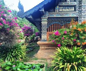 Chiang Mai, Thailand temple http://vaycarious.com/2017/02/01/flowers/