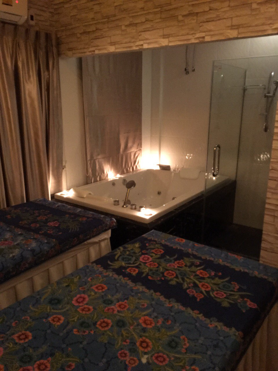 massage-room-with-jacuzzi-at-vayo-massage