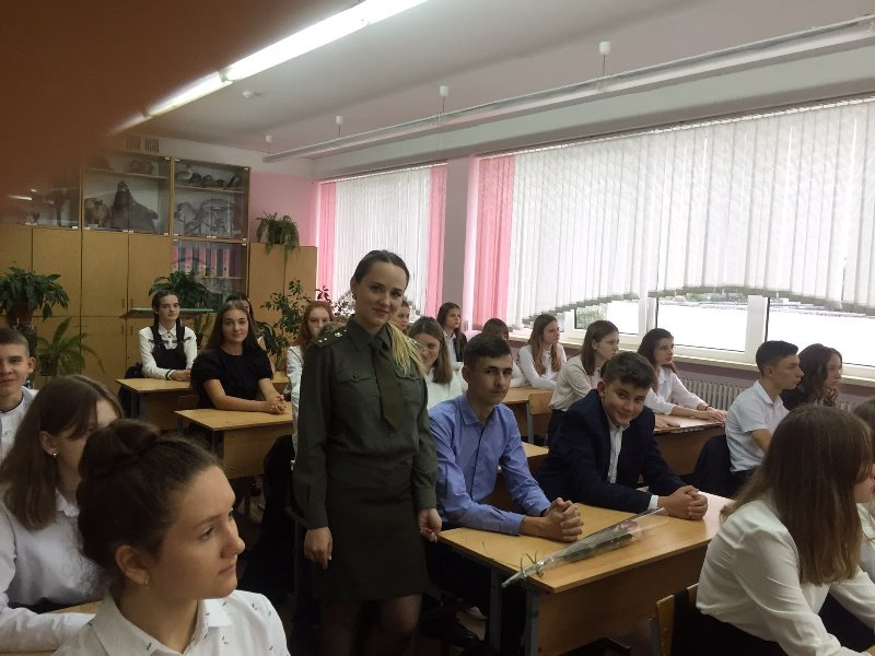 Военнослужащие-рэбовцы поздравили школьников
