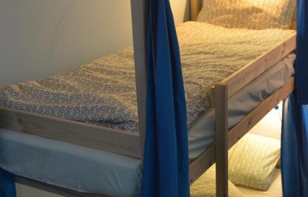 Кровать в общем 8-местном номере для мужчин и женщин