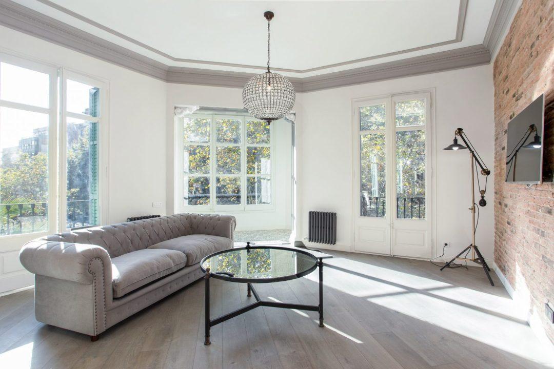 sala de estar blanca con ventanales