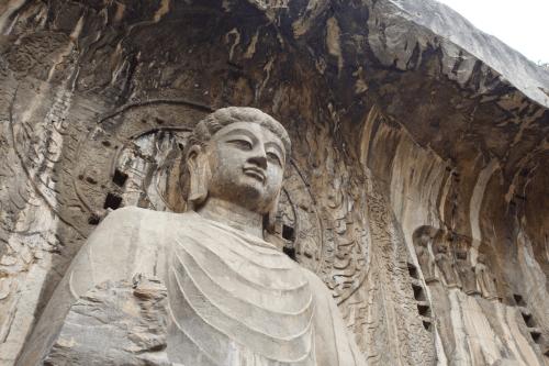 Long Môn thạch động bao gồm 2.345 hang động, hốc đá nhân tạo với 43 chùa và hơn 100.000 tượng Phật. Ảnh: pixabay.