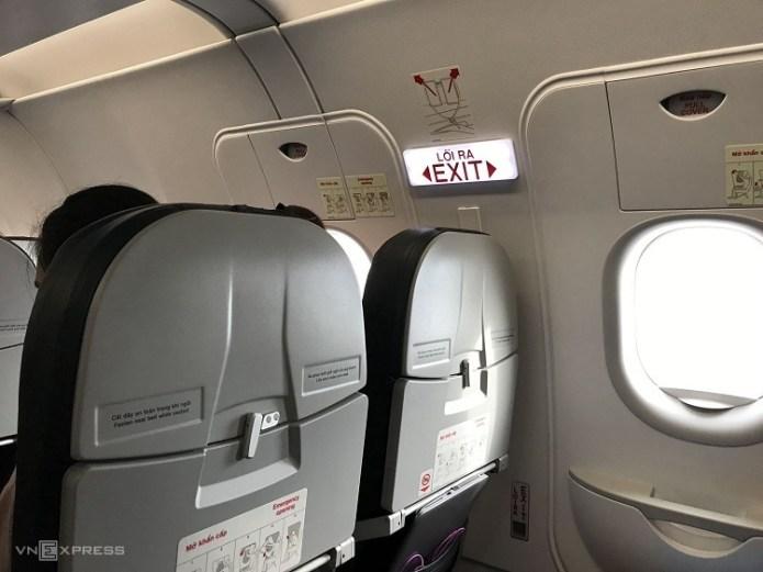 Theo quy định, hành khách sẽ bị phạt tiền từ 10-20 triệu đồng nếu mở cửa thoát hiểm trên máy bay khi không được phép. Ảnh: Phạm Huyền.