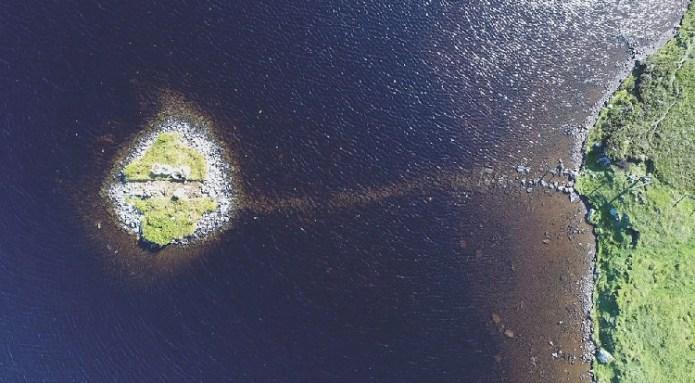 Eilean Dòmhnuill, ở Bắc Uist, Scotland, được xem là hòn đảo đầu tiên xây dựng, từ 3200 đến 2800 TCN. Ảnh:F. Sturt.