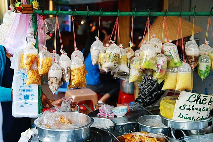 Locs trolley is filled with more than 23 varieties of colorful che wrapped in plastic bags. Photo by VnExpress/Phong Vinh.