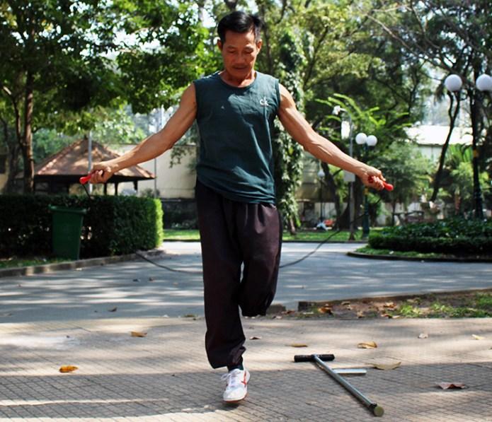 Võ sư Tạ Anh Dũng nhảy dây khởi động trước buổi tập. Ảnh: Diệp Phan.